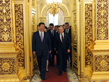 FET71. Moscow (Russian Federation), 08/05/2015.- Russian President Vladimir Putin (front R) and Chinese President Xi Jinping (front L) walk prior to an informal dinner in honor of the state leaders taking part in the 70th anniversary celebration of the victory of the Soviet Union and its Allies over Nazi Germany in WWII, at the Kremlin in Moscow, Russia, 08 May 2015. (Alemania, Rusia, Mosc˙) EFE/EPA/HOST PHOTO AGENCY / RIA NOVOSTI MANDATORY CREDIT