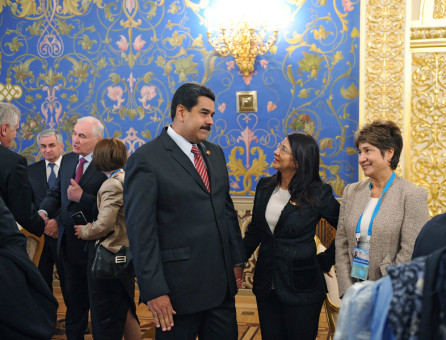 FET71. Moscow (Russian Federation), 08/05/2015.- Venezuelan President Nicolas Maduro (3-R) and his wife Cilia Flores (2-R) during an informal dinner in honor of the state leaders taking part in the 70th anniversary celebration of the victory of the Soviet Union and its Allies over Nazi Germany in WWII, at the Kremlin in Moscow, Russia, 08 May 2015. (Alemania, Rusia, Mosc˙) EFE/EPA/HOST PHOTO AGENCY / RIA NOVOSTI MANDATORY CREDIT