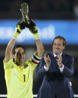 Chile's goalie Claudio Bravo raises the best goalkeeper trophy following the Copa America 2015 final soccer match against Argentina at the National Stadium in Santiago, Chile, July 4, 2015. REUTERS/Ivan Alvarado SOCCER-COPA/M26