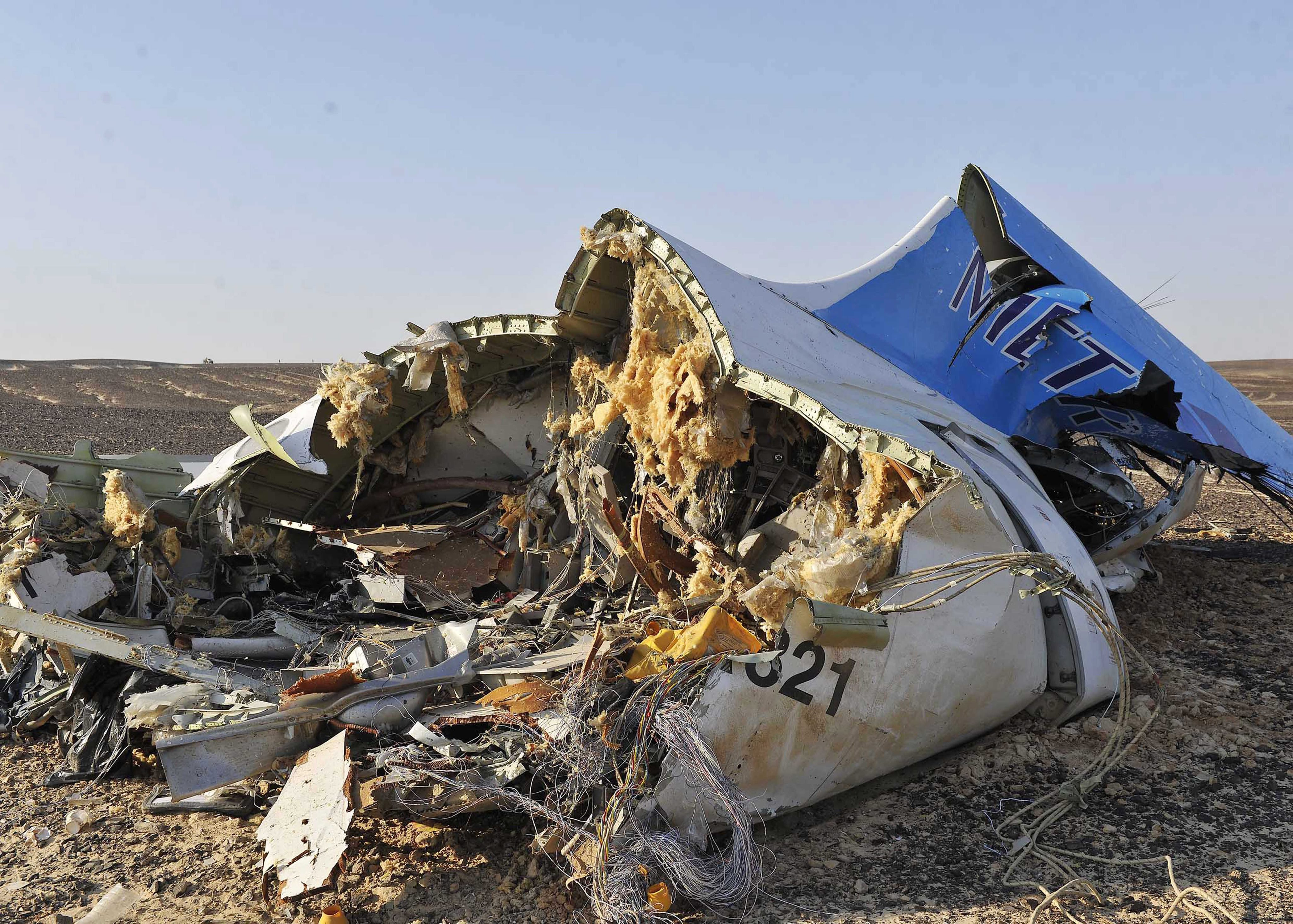 SIN01. Sinai (Egypt), .- Debris from crashed Russian jet lies on the sand at the site of the crash, Sinai, Egypt, 31 October 2015. According to reports the Egyptian Government has dispatched more than 45 ambulances to the crash site of the Kogalymavia Metrojet Russian passenger jet, which disappeared from raider after requesting an emergency landing early 31 October, crashing in the mountainous al-Hasanah area of central Sinai. The black box has been recovered at the site. (Egipto) EFE/EPA/STR EGYPT OUT Authorities fear all on board crashed Russian jet dead