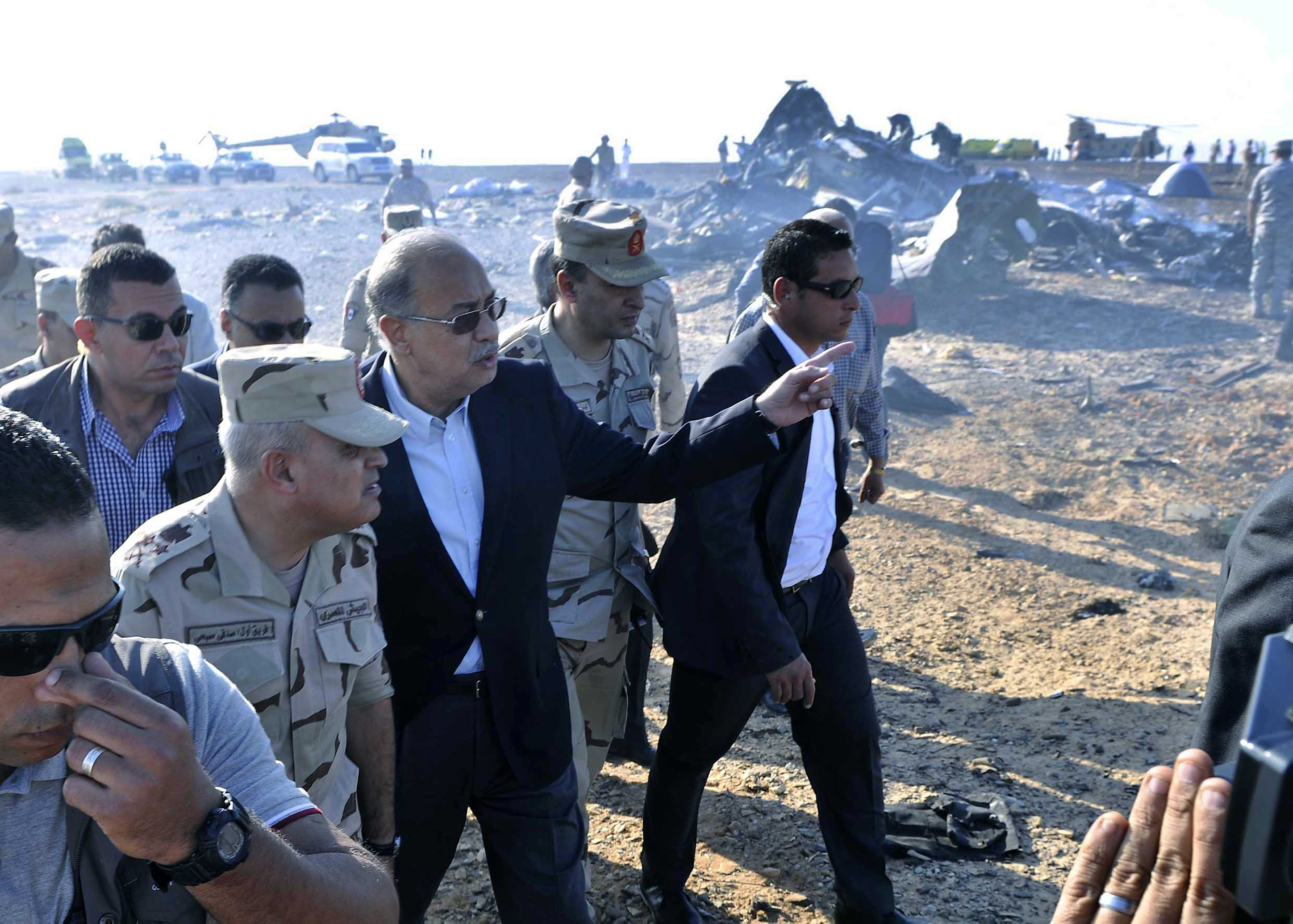 SIN11. Sinai (Egypt), .- The Egyptian Prime Minister, Sherif Ismail (3 - L), examines the wreckage at the site of the Russian plane crash, Sinai, Egypt, 31 October 2015. According to reports the Egyptian Government has dispatched more than 45 ambulances to the crash site of the Kogalymavia Metrojet Russian passenger jet, which disappeared from raider after requesting an emergency landing early 31 October, crashing in the mountainous al-Hasanah area of central Sinai. The black box has been recovered at the site. (Egipto) EFE/EPA/STR EGYPT OUT Authorities fear all on board crashed Russian jet dead