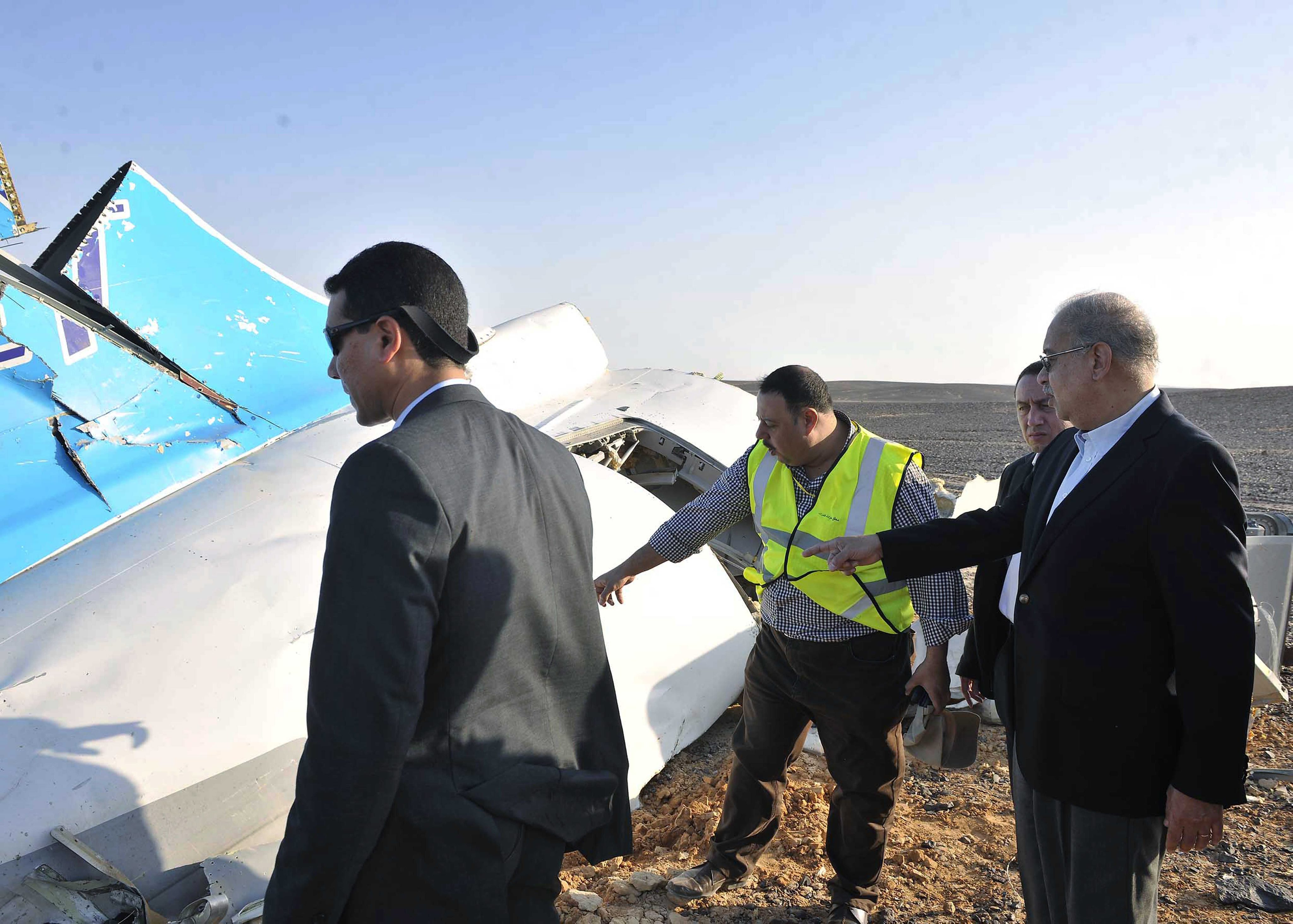 SIN10. Sinai (Egypt), .- The Egyptian Prime Minister, Sherif Ismail (R), examines the wreckage at the site of the Russian plane crash, Sinai, Egypt, 31 October 2015. According to reports the Egyptian Government has dispatched more than 45 ambulances to the crash site of the Kogalymavia Metrojet Russian passenger jet, which disappeared from raider after requesting an emergency landing early 31 October, crashing in the mountainous al-Hasanah area of central Sinai. The black box has been recovered at the site. (Egipto) EFE/EPA/STR EGYPT OUT Authorities fear all on board crashed Russian jet dead