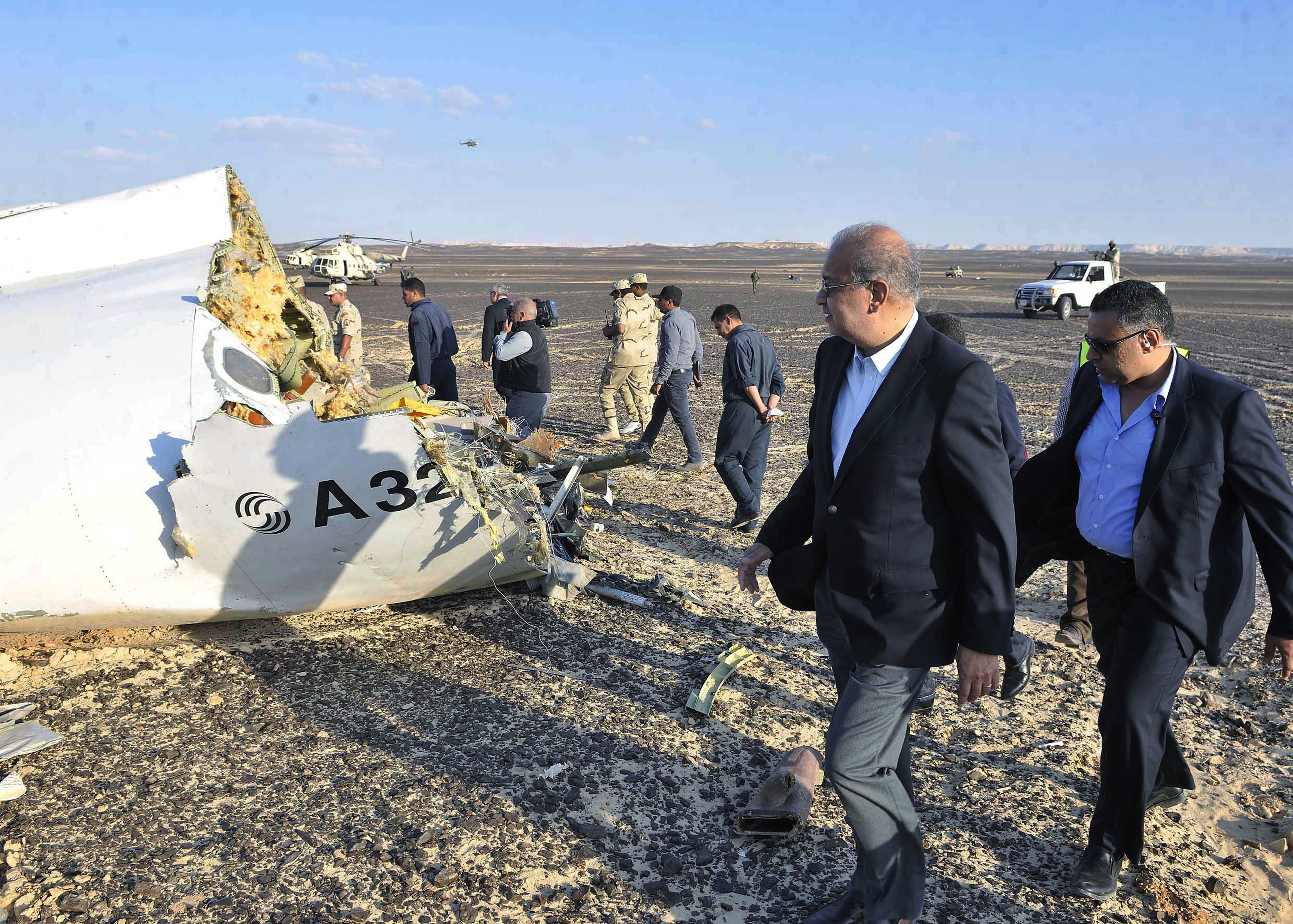 SIN09. Sinai (Egypt), .- The Egyptian Prime Minister, Sherif Ismail (2 - R), examines the wreckage at the site of the Russian plane crash, Sinai, Egypt, 31 October 2015. According to reports the Egyptian Government has dispatched more than 45 ambulances to the crash site of the Kogalymavia Metrojet Russian passenger jet, which disappeared from raider after requesting an emergency landing early 31 October, crashing in the mountainous al-Hasanah area of central Sinai. The black box has been recovered at the site. (Egipto) EFE/EPA/STR EGYPT OUT Authorities fear all on board crashed Russian jet dead