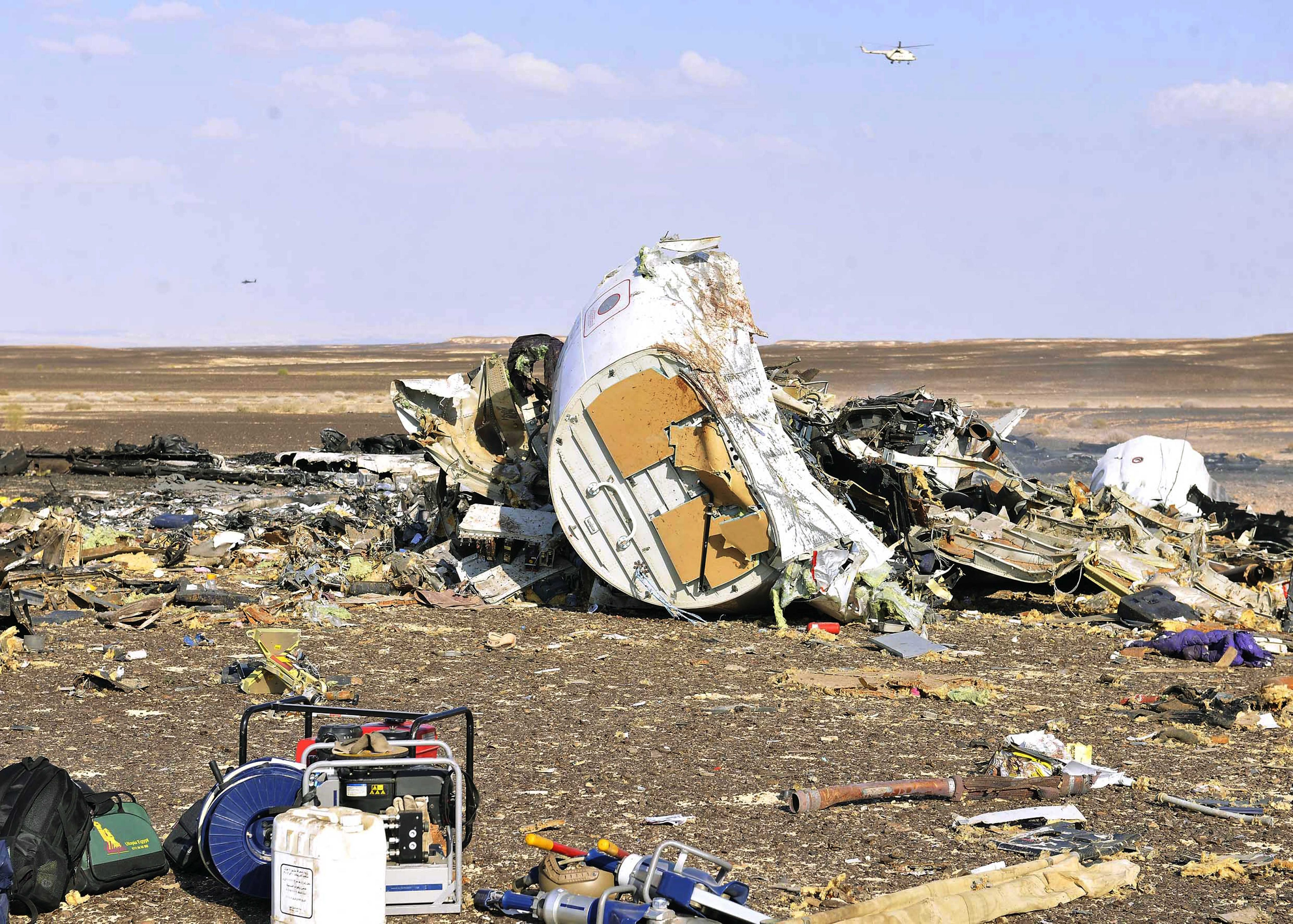 SIN03. Sinai (Egypt), .- Debris from crashed Russian jet lies strewn across the sand at the site of the crash, Sinai, Egypt, 31 October 2015. According to reports the Egyptian Government has dispatched more than 45 ambulances to the crash site of the Kogalymavia Metrojet Russian passenger jet, which disappeared from raider after requesting an emergency landing early 31 October, crashing in the mountainous al-Hasanah area of central Sinai. The black box has been recovered at the site. (Egipto) EFE/EPA/STR EGYPT OUT Authorities fear all on board crashed Russian jet dead