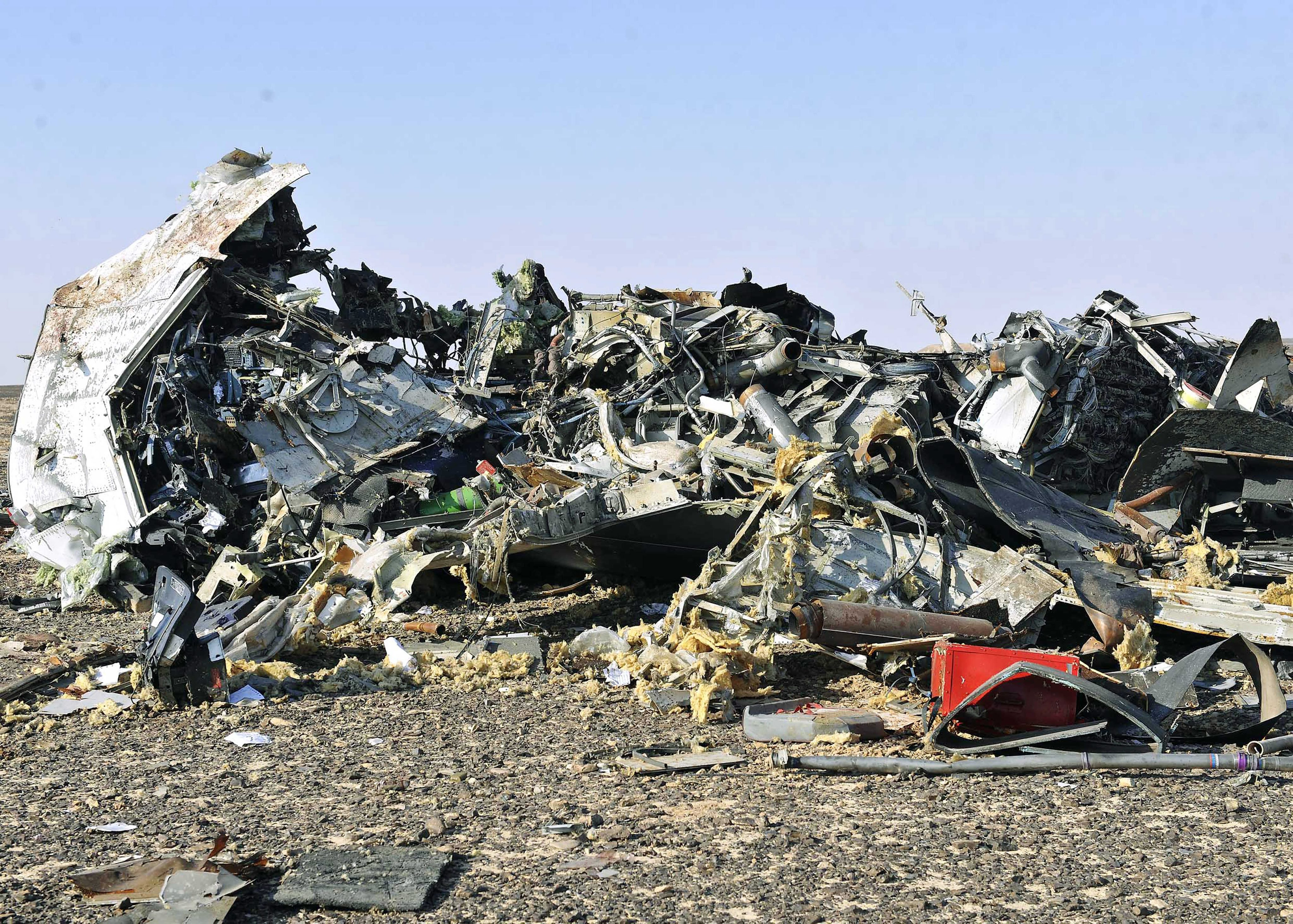 SIN02. Sinai (Egypt), .- Debris from crashed Russian jet lies strewn across the sand at the site of the crash, Sinai, Egypt, 31 October 2015. According to reports the Egyptian Government has dispatched more than 45 ambulances to the crash site of the Kogalymavia Metrojet Russian passenger jet, which disappeared from raider after requesting an emergency landing early 31 October, crashing in the mountainous al-Hasanah area of central Sinai. The black box has been recovered at the site. (Egipto) EFE/EPA/STR EGYPT OUT Authorities fear all on board crashed Russian jet dead